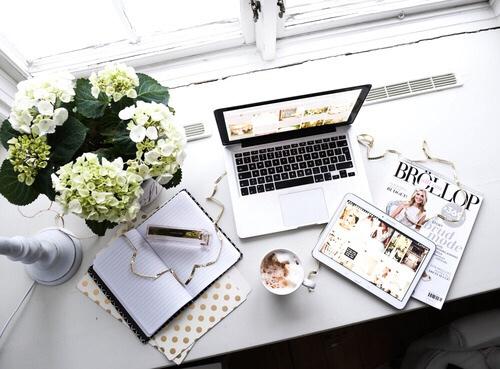 desk-flowers-mac-magazines-Favim.com-3948794