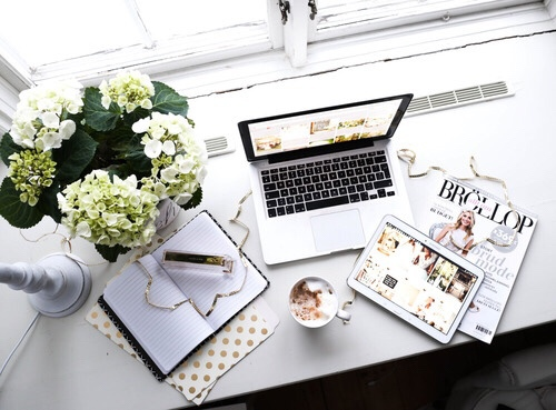 desk-flowers-mac-magazines-Favim.com-3948794